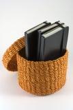 Cesta alaranjada do rattan com cadernos Imagem de Stock