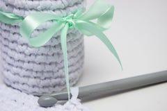 Cesta blanca hecha a ganchillo del hilado hecho punto fotografía de archivo libre de regalías