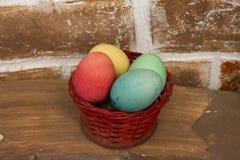 Cesta branca bonito do coelho da celebração da Páscoa completamente da CAÇA do OVO dos ovos imagem de stock