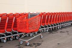 Cesta-carros plásticos rojos para las mercancías Imagen de archivo libre de regalías