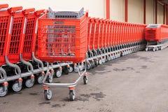 Cesta-carros rojos en las ruedas para las mercancías Fotografía de archivo