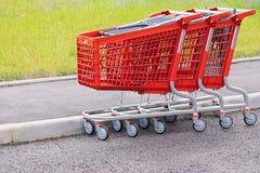 Cesta-carros rojos para la comida y los artículos del hogar Foto de archivo libre de regalías