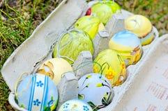 Cesta coloreada del huevo de Pascua Foto de archivo libre de regalías