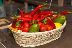 Cesta colorida de frutas e legumes frescas fotos de stock