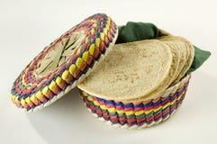 Cesta colorida de las tortillas Foto de archivo