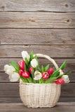 Cesta colorida del ramo de los tulipanes Foto de archivo libre de regalías