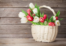 Cesta colorida del ramo de los tulipanes Imagen de archivo libre de regalías