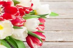 Cesta colorida del ramo de los tulipanes Fotos de archivo libres de regalías