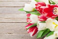 Cesta colorida del ramo de los tulipanes ROJO Y BLANCO Imagen de archivo