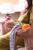 Cesta com as bolas da confecção de malhas do fio e da mulher Imagens de Stock Royalty Free