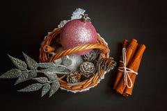 Cesta com as decorações do Natal no fundo preto Imagens de Stock Royalty Free