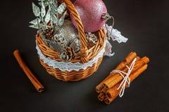 Cesta com as decorações do Natal no fundo preto Fotografia de Stock