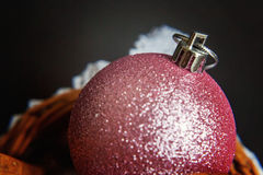 Cesta com as decorações do Natal no fundo preto Foto de Stock
