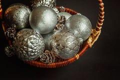 Cesta com as decorações do Natal no fundo preto Imagem de Stock Royalty Free