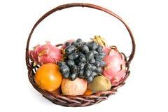 Cesta com as frutas isoladas Fotografia de Stock