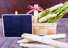 Cesta com aspargo verde e branco com painel Imagens de Stock