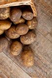 Cesta com batatas frescas imagem de stock royalty free