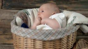 Cesta com bebê vídeos de arquivo