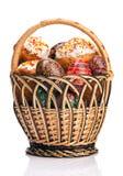Cesta com bolos de Easter e os ovos pintados Foto de Stock