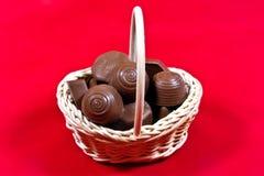 Cesta com chocolates   Imagem de Stock