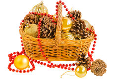 Cesta com cones do pinho e bolas do Natal Foto de Stock