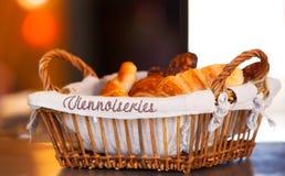 Cesta com croissants Imagem de Stock Royalty Free