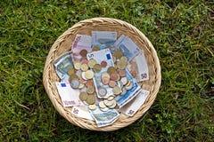 Cesta com dinheiro Foto de Stock Royalty Free