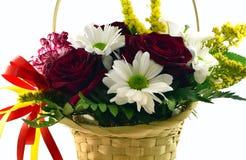Cesta com flores em um fundo branco Foto de Stock