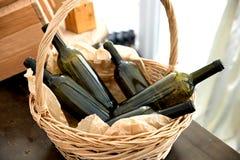 Cesta com frascos de vinho Fotos de Stock