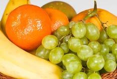 Cesta com fruta Imagens de Stock