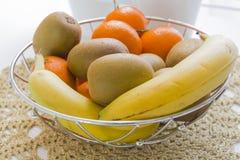 Cesta com fruto fresco fotografia de stock