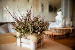 Cesta com a Heather na tabela Urze em uma cesta Autumn Decorations rosa e urze roxa das flores, charneca dentro imagem de stock royalty free