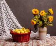 Cesta com maçãs Foto de Stock Royalty Free