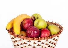 Cesta com maçãs e bananas Foto de Stock