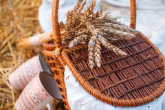 A cesta com maçãs vermelhas custa no feno Foto de Stock