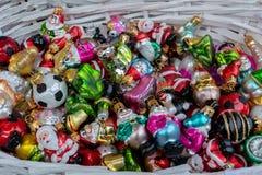 Cesta com os brinquedos coloridos do Natal fotos de stock