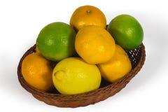 Cesta com os frutos tropicais diferentes isolados no branco Foto de Stock