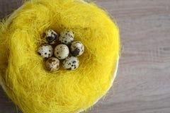 Cesta com os ovos de codorniz na tabela de madeira Imagem de Stock Royalty Free