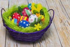 Cesta com os ovos para a Páscoa Foto de Stock