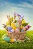 Cesta com ovos da páscoa Imagem de Stock