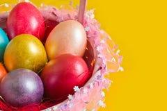 Cesta com ovos da páscoa coloridos Imagens de Stock