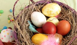 Cesta com ovos da páscoa e doces foto de stock royalty free