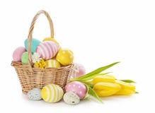 Cesta com ovos da páscoa Fotografia de Stock