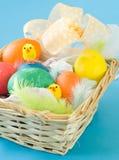 Cesta com ovos de Easter Imagem de Stock