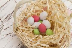 Cesta com ovos de Easter Fotografia de Stock Royalty Free