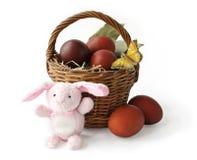 Cesta com ovos de Easter e o coelho Fotos de Stock