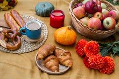 Cesta com padaria Autumn Picnic do alimento imagem de stock royalty free