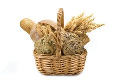 Cesta com uma variedade do pão isolada no branco Foto de Stock