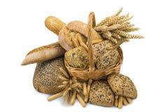 Cesta com uma variedade do pão isolada no branco Fotografia de Stock