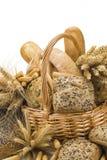 Cesta com uma variedade do pão isolada no branco Fotos de Stock